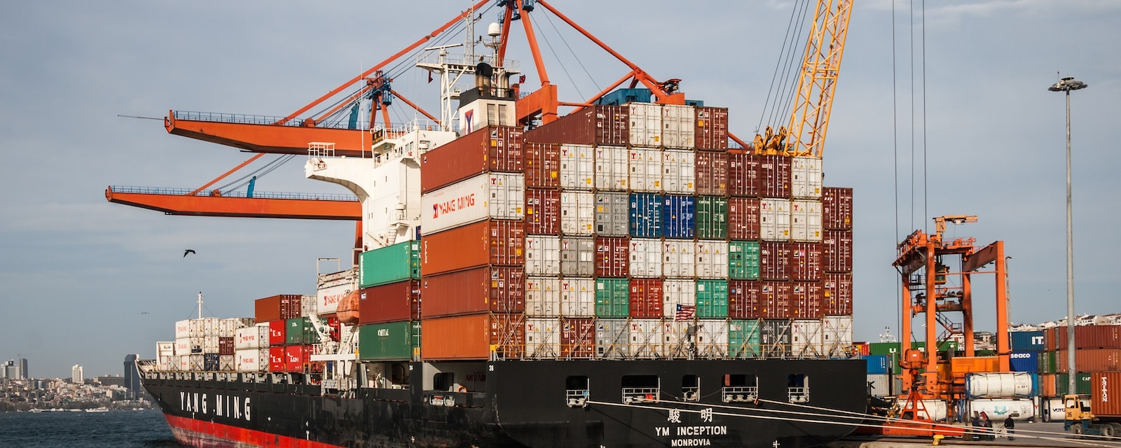 Container port and cargo ship